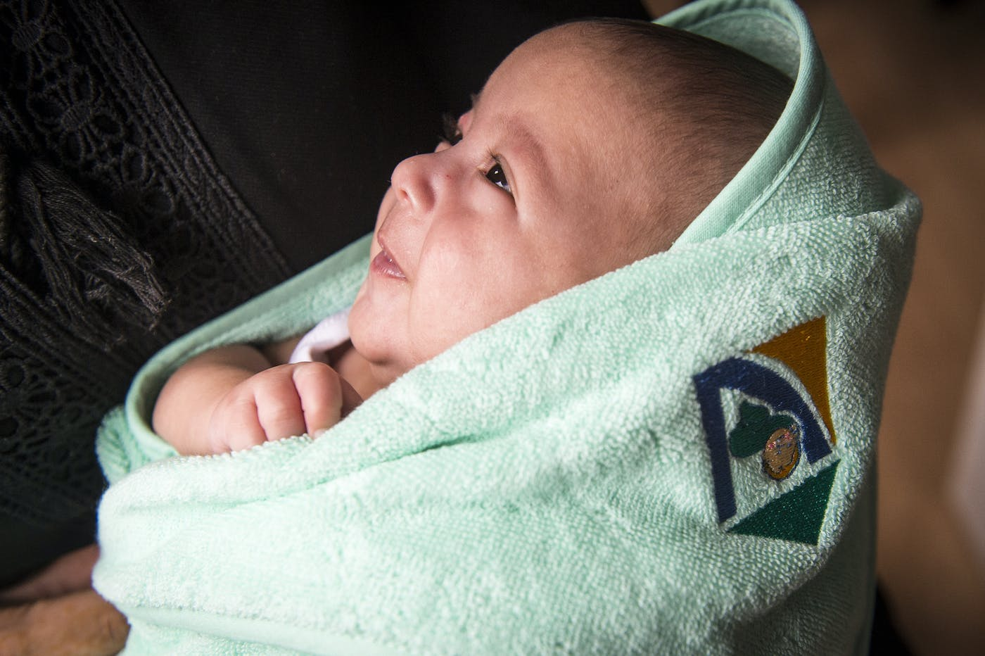 Baby in deken lacht