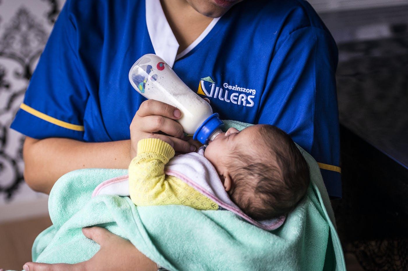 Baby krijgt melk
