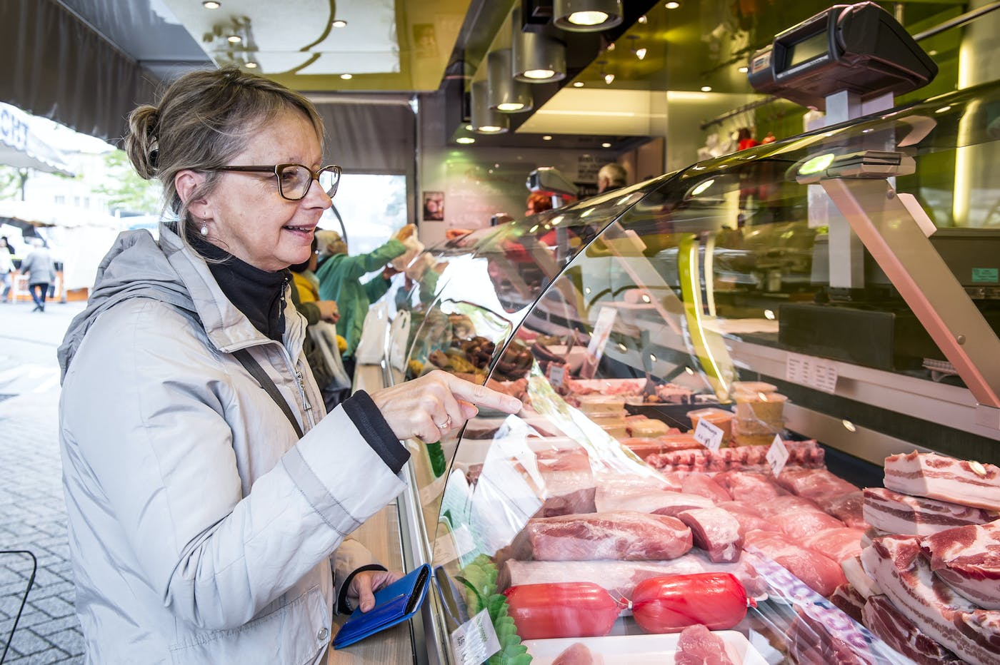 Vrouw bij de slager