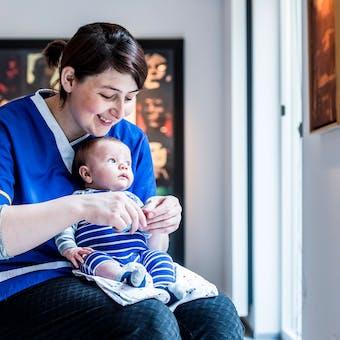 Kraamzorg verzorgende met baby